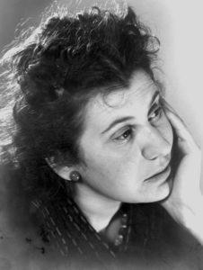Portretfoto van Etty Hillesum met hand onder haar kin circa 1940